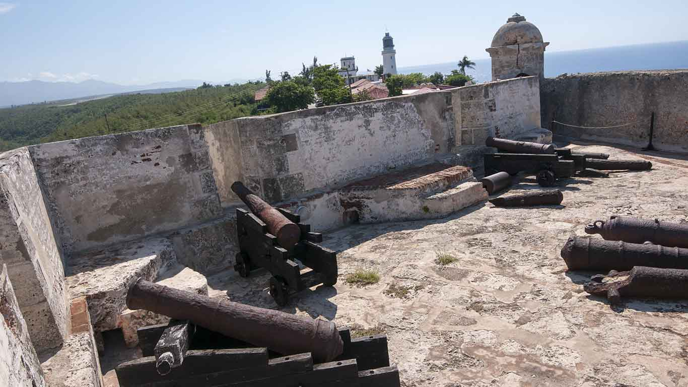 Santiago de la Roca Castle, or Morro de Santiago, was listed as UNESCO World Heritage site in 1997. The well-preserved fortification offers incredible views over the bay of Santiago de Cuba, and the city.